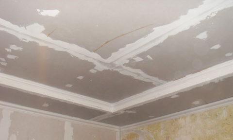 Потолок после нанесения первого слоя шпаклевки