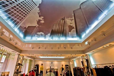 Потолок с нанесенной печатью в бутике