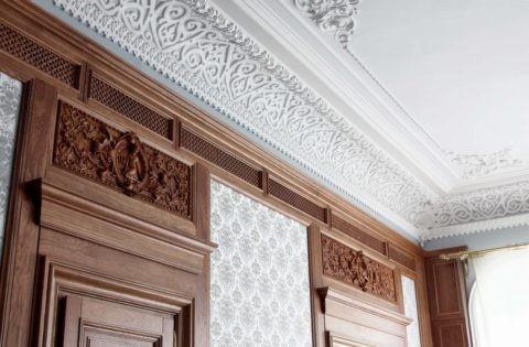 Потолок с оформлением полиуретановой лепниной