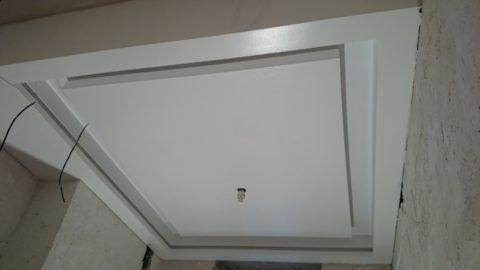 Потолок с центральным коробом