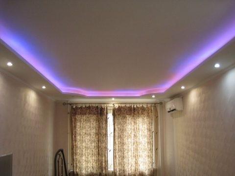 Потолок со встроенными софитами и подсветкой