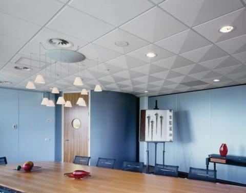 Потолок, собранный по технологии «Армстронг», часто встречающийся вариант в общественных местах и магазинах