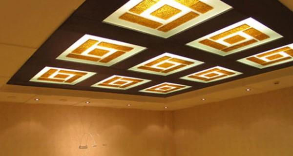 Стеклянные элементы потолка с цветным накладом
