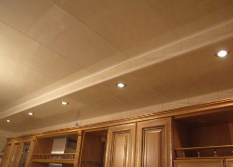 Потолок в двух уровнях: в таком коробе можно скрыть воздуховод, или вентиляционный канал