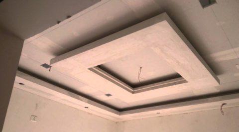 Потолок во время финишной отделки