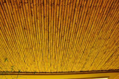 Поверхность, набранная из бамбуковых стеблей