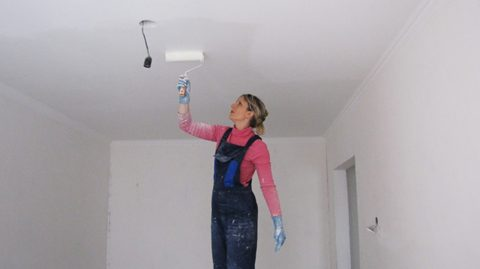 Поверхность потолка рекомендуется прогрунтовать