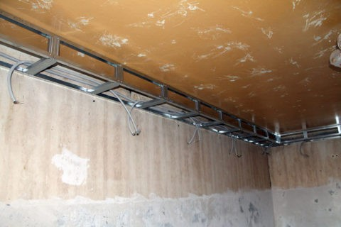 Правильная разводка освещения: провода проложены в гофрированной трубе