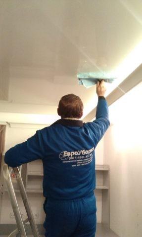 Представитель клининговой компании быстро приведет ваш потолок в надлежащий вид