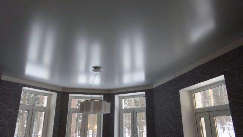 При использовании глянцевого полотна необходимо учитывать площадь помещения