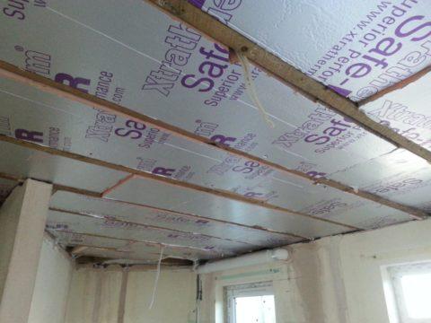 При наличии деревянных перекрытий, утеплить потолок можно и изнутри помещения