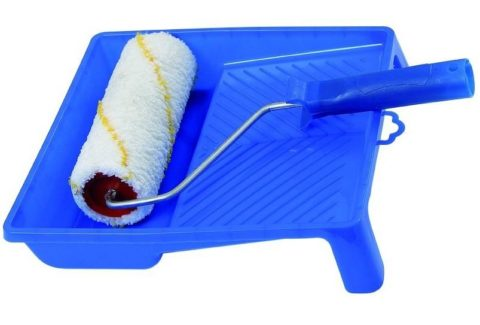 При нанесении грунтовки и краски без валика и малярной ванночки не обойтись