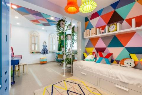 При помощи декорирования потолка можно связать воедино большое многофункциональное пространство комнаты