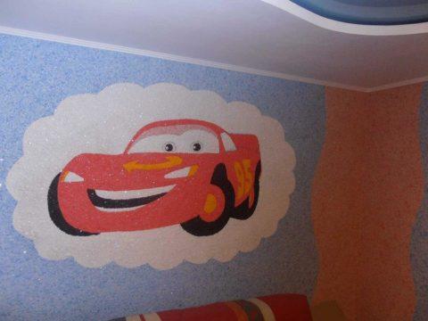 При помощи жидких обоев на поверхностях стен и потолка можно наносить любое цветное изображение