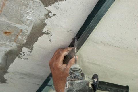 При утеплении бетонного потолка без перфоратора не обойтись