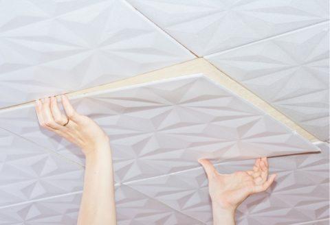Приклеивание ППС-плитки на беленый потолок