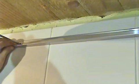 Пристенный профиль крепится к стене