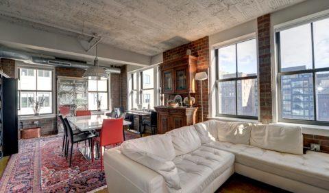 Признак лофта – высокий потолок и большие открытые оконные проемы