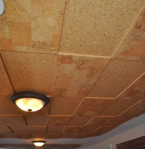 Пробковое покрытие в дизайне потолка