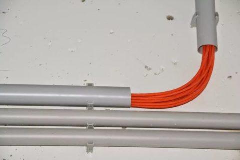 Прокладка по электротехническим трубам из пластика