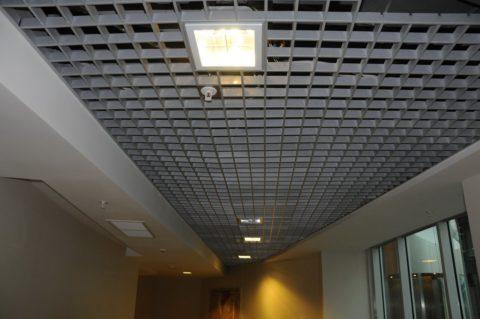 Простая решетка на потолке в торговом центре