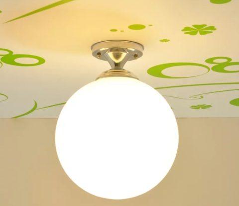 Простейший потолочный светильник с круглым плафоном впишется практически в любую ванну