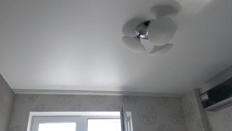 Простой одноуровневый тканевый потолок