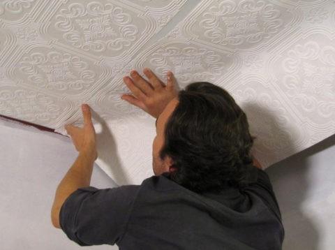 Процесс наклеивания флизелиновых полотен