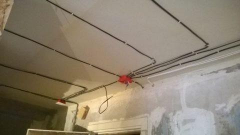 Провода проложены без дополнительной изоляции