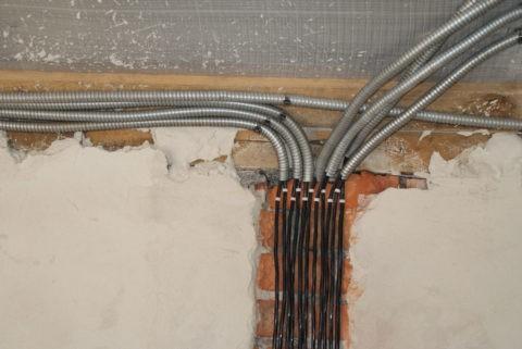Проводка под натяжным потолком в гофре из нержавеющей стали