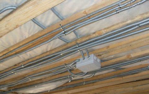 Проводка в потолке из дерева в металлической гофре