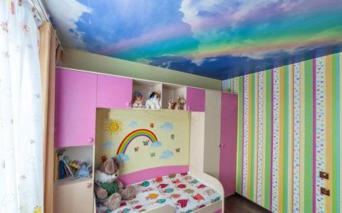 Радужное небо поддержано яркой акцентной стеной
