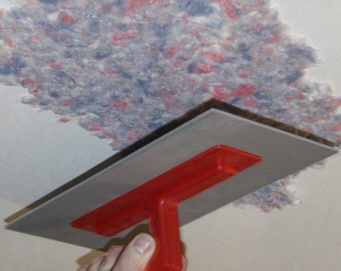 Распределение жидких обоев по потолку