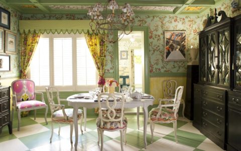 Расшитый декоративным брусом и оклеенный обоями потолок в стиле прованс