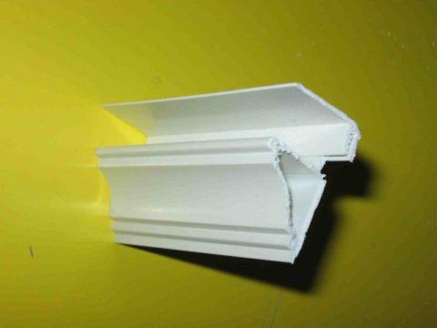 Разборный пластиковый плинтус потолочный