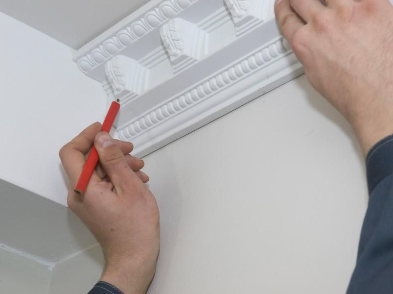 Как клеить плинтуса на потолок видео #4