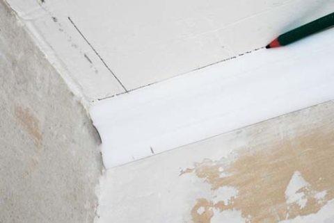Разметка положения второй планки на потолке