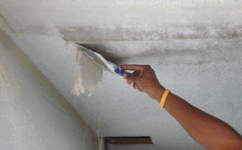 Размоченная водой отделка легко снимается с потолка стальным шпателем
