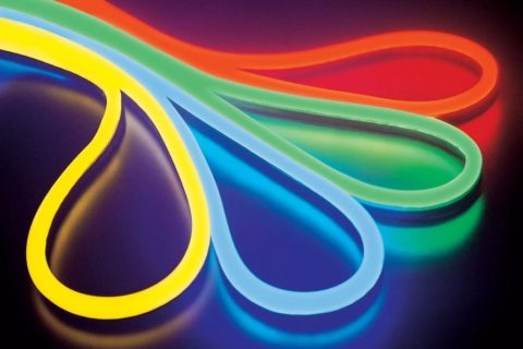 Разноцветные неоновые трубки позволяют создавать эффектную иллюминацию в интерьере
