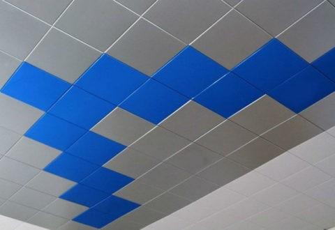 Разноцветные панели на потолке