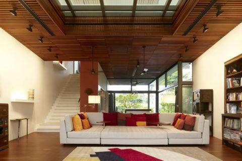 Реечные конструкции открытого типа из дерева или пластика, тоже являются разновидностью перфорированных потолков