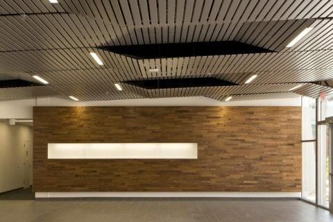 Реечные потолки из алюминиевых панелей одинаково хорошо смотрятся и дома и в офисе