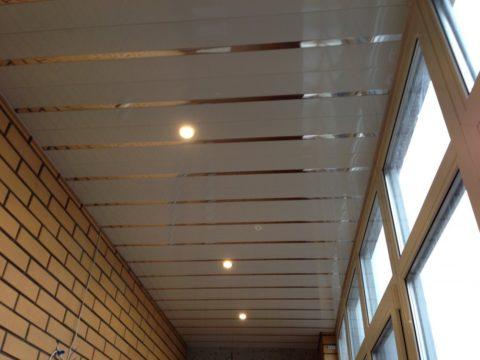 Реечные потолки похожи на пластиковые