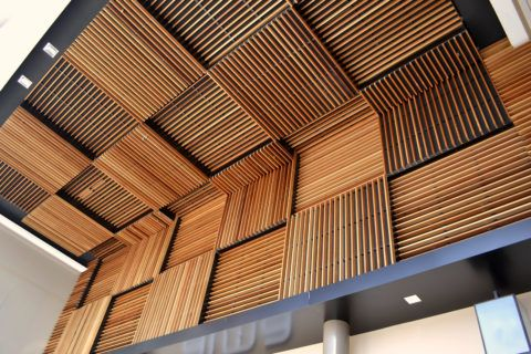 Реечный потолок из стали, имитирующий деревянную поверхность
