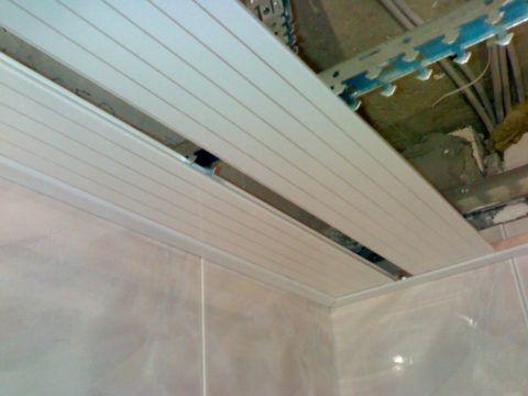 Реечный потолок, набираемый из пластиковых панелей