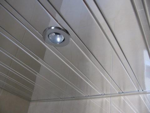 Реечный потолок в сборе