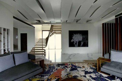 Рельефная конструкция органично смотрится в современном интерьере гостиной