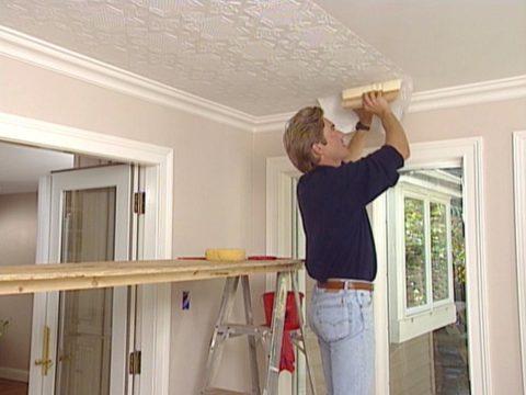 Ремонт кухни – потолки оклеиваются обоями