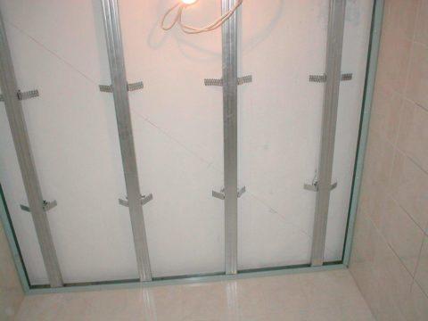 Ремонт потолков в ванной - готовый каркас