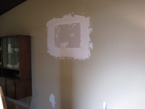 Ремонт пробоины в гипсокартонной стене